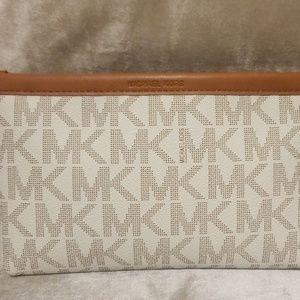 📍Michael Kors white and brown  Belt Bag